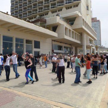 Eine Tanztruppe an der Strandpromenade von Tel Aviv