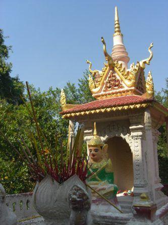 In den kleinen Ahnenschreinen am Wat Phnom werden rund um die Uhr Räucherstäbchen abgebrannt