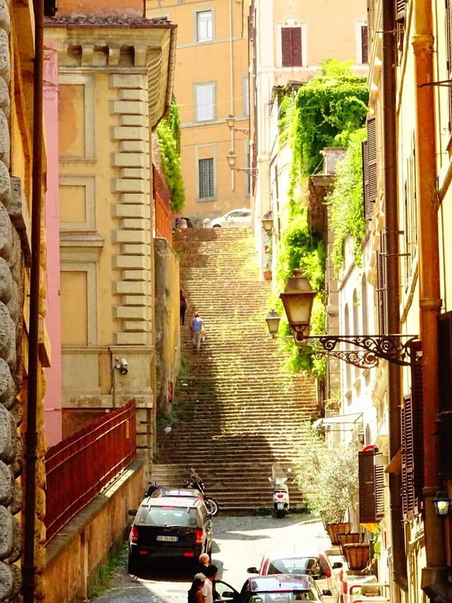 In Rom findet ihr überall die romantischen, engen Gassen