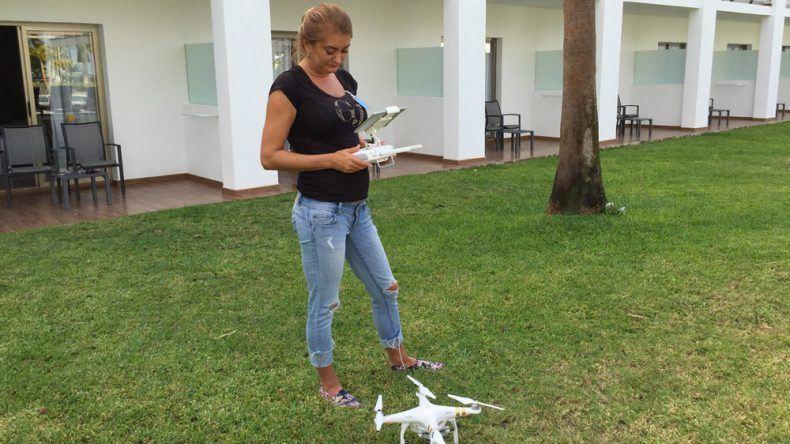 Instagramerin Goldie_Berlin lässt ihre Drohne fliegen
