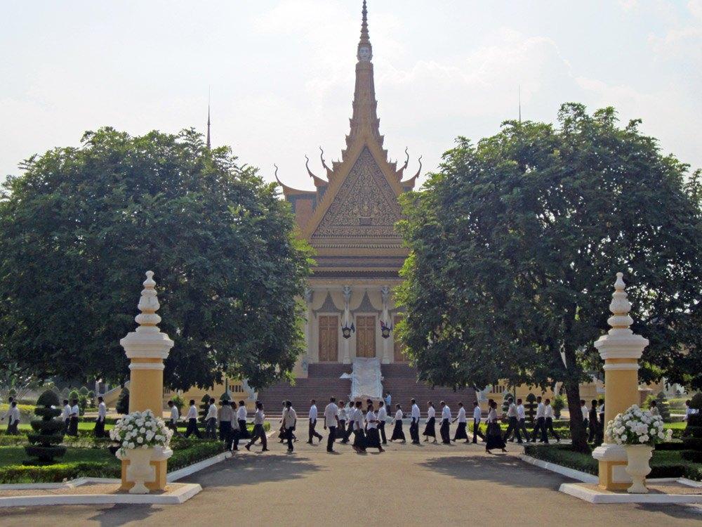 Kambodschanische Jugendliche auf dem Weg zur Schule