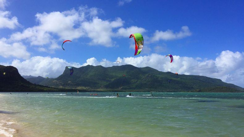 Kite-Surfer suchen die perfekte Welle am Le Morne Beach