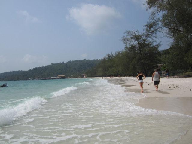 Auch Straßen gibt es keine auf Koh Rong. Hauptverkehrsweg ist daher der kilometerlange, weiße Sandstrand