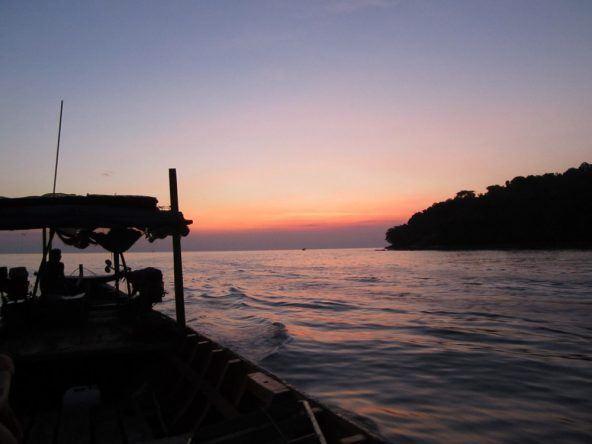 Nach dem Sonnenuntergang bringt einen das Wasser-Taxi zurück zum Tui-Beach