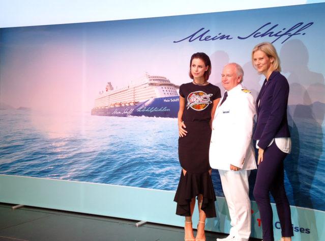 Taufpatin Lena Meyer-Landrut, Kapitän Kjell Holm und Wybcke Meier, Geschäftsführerin von TUI Cruises