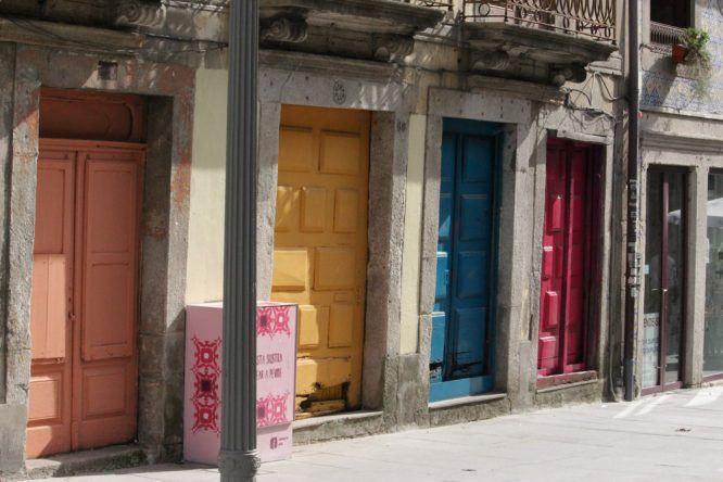 Hübsch anzusehen: Bunte Türen und überall die tollen Azulejos