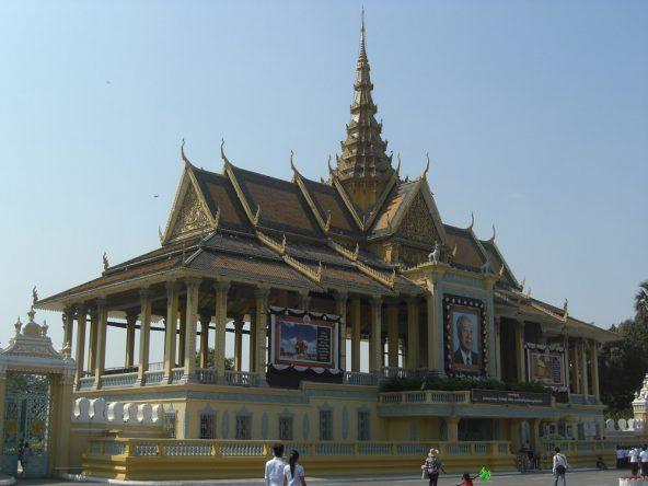 Der vor dem Königspalast stehende Preah Thineang Chan Chhaya Pavillon wird in der Nacht mit Lichtern hell erleuchtet
