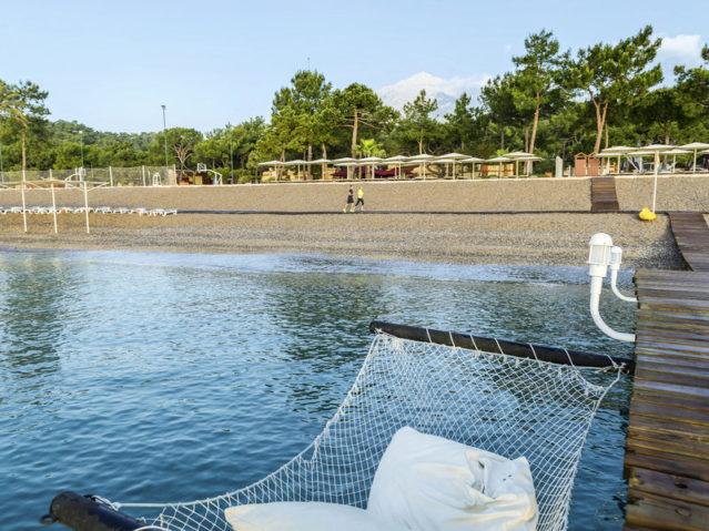 Direkt über dem Wasser schweben: Im ROBINSON CLUB CAMYUVA ist das möglich