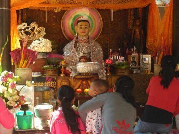 Schrein im Wat Phnom Tempel
