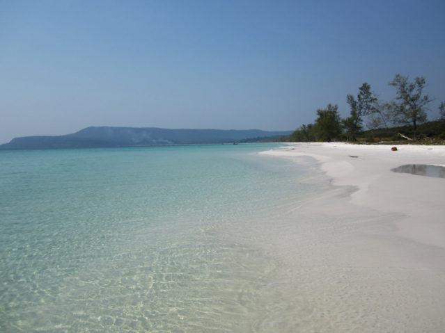 Am Sok San Beach sieht man kilometerweit nichts als türkisblaues Meer, weißen Sand und grüne Vegetation