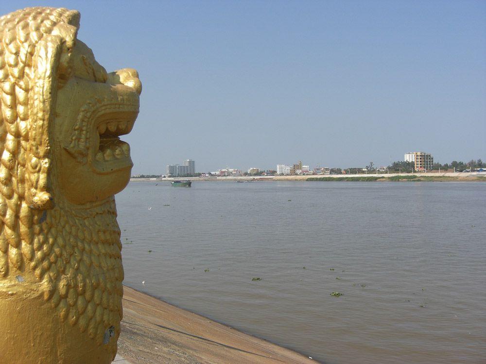 Der Tonle Sap trifft bei Phnom Penh auf den Mekong, welcher dann in Vietnam ins Südchinesische Meer mündet