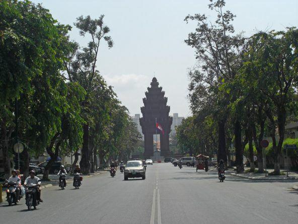 Alleen und Monumente, wie hier das Unabhängigkeitsdenkmal, zieren die breiten Boulevards der Stadt
