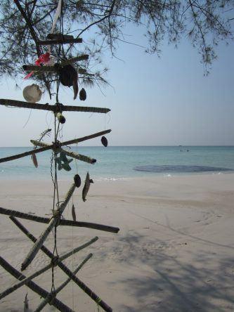 Vorangegangene Touristen haben ein Windspiel aus Strandgut gebastelt