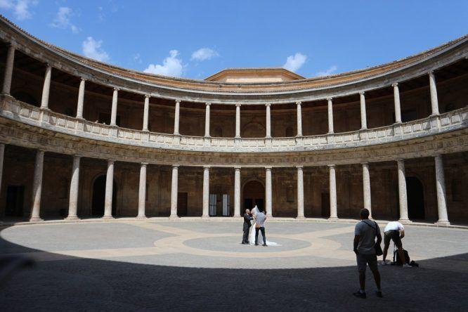 Die Canon bietet viel Weitwinkel, so dass ich fast die ganze Breite des Palast Karls V aufs Foto bekomme!
