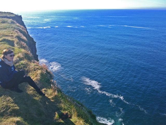 Ich genieße den Ausblick auf das tiefblaue Meer