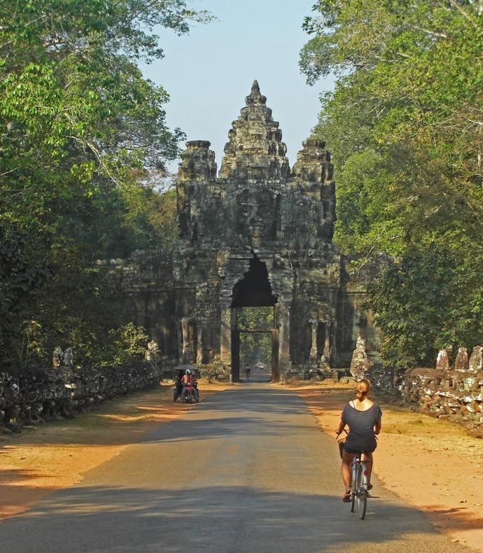 Mit dem Fahrrad durchqueren wir das westliche Angkor Thom Tor