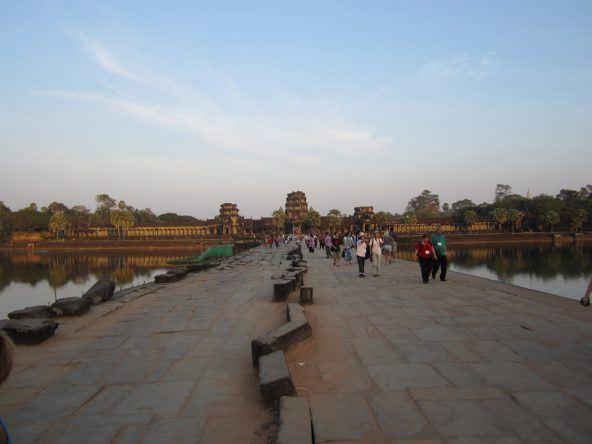 Morgens strömen die Touristen zum Angkor Wat um die Sonne über dem Tempel aufgehen zu sehen