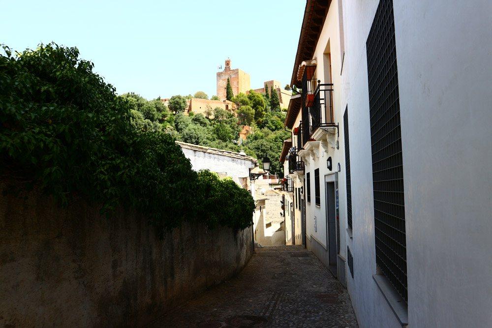 Mit dem Kreativassistenten fotografiert: Blick auf Alhambra von der Altstadt Granadas
