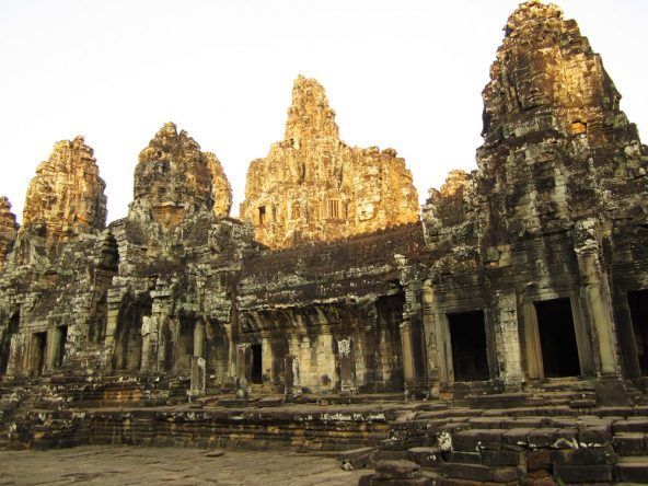 Der Bayon ist der zentrale Mittelpunkt des von hohen + dicken Mauern umgebenen Bereichs von Angkor