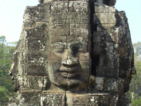 Bekannt ist der Bayon vor allem für seine dutzenden meterhohen Steingesichter, welche in alle Richtungen des Tempels gucken