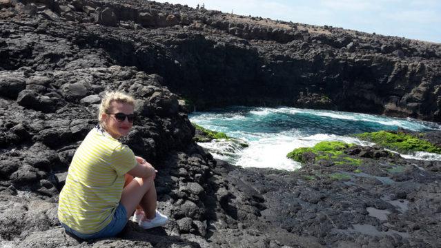 Janine genießt die wundervolle Aussicht von der Felsbucht Buracona