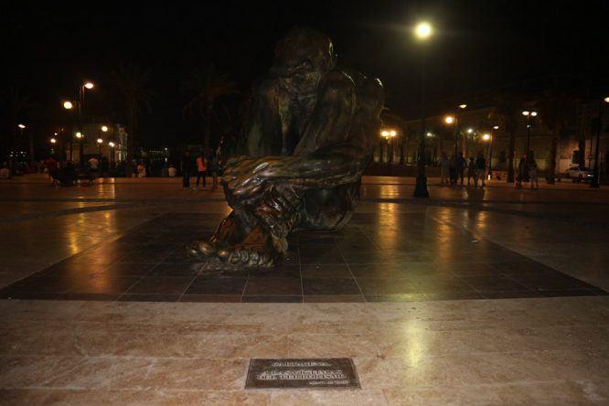 Imposante Skulptur eines sitzenden Mannes direkt am Hafen von Cartagena