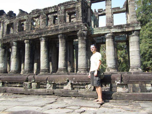 Die zweistöckige Säulenhalle in Preah Khan gleicht der steinernen Nachahmung typischer Khmer-Holzbauten
