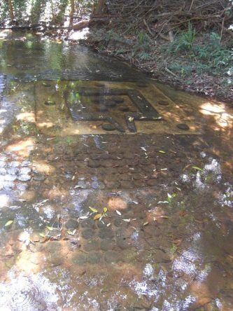 Herkunft + Sinn der meist in ein Flussbett geschnitten Steinreliefs sind noch nicht vollständig geklärt