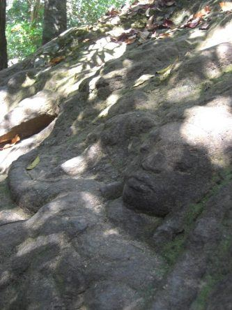 An vielen Felsen um Kbal Spean finden sich versteckte Verzierungen