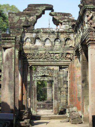 Kunstvolle Verzierungen an den Wänden + Säulen von Preah Khan
