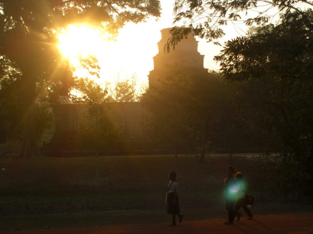 Kambodschanische Schüler auf dem Weg zur Schule...vorbei an den Tempeln von Angkor