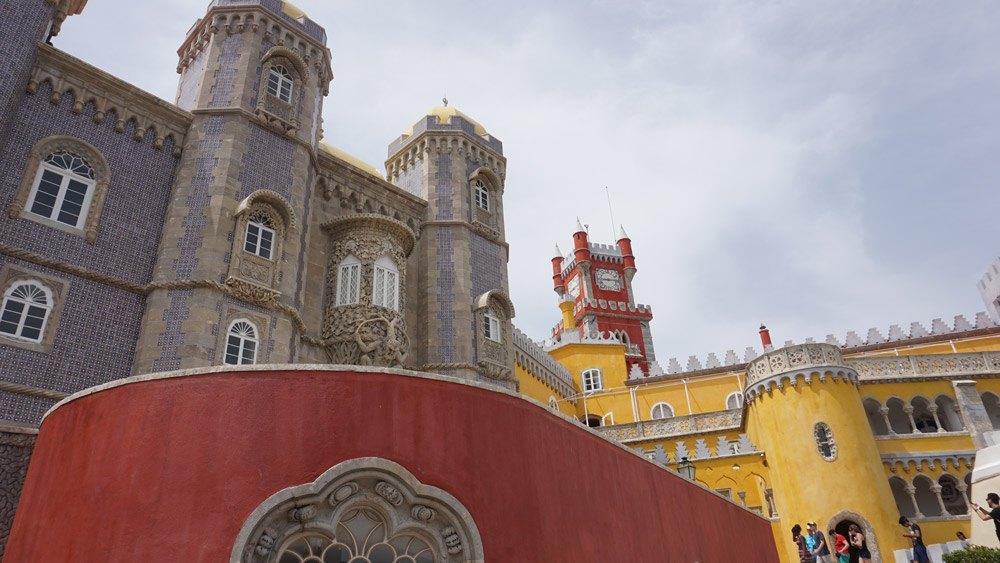 Für 14 Euro pro Person kommt ihr in das Traumschloss Palacio Nacional da Pena und in dessen zauberhaften Park