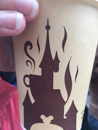 Tag des Kaffees: Disney-Kaffeebecher