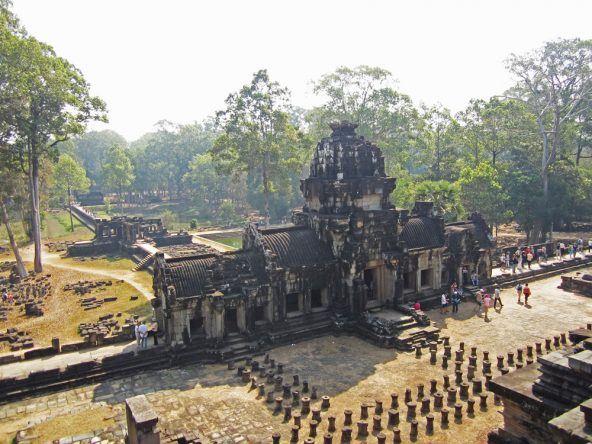 Blick vom Baphuon auf den Eingang des Tempels