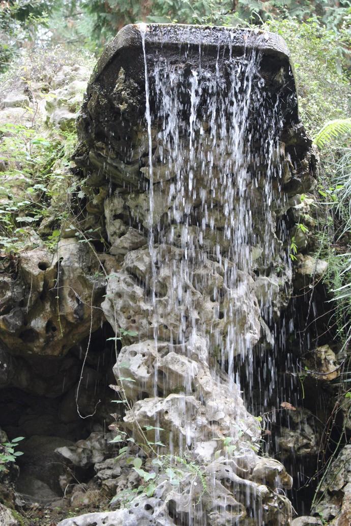 Quinta da Regaleira: Mitten im Park befindet sich hier ein Wasserfall