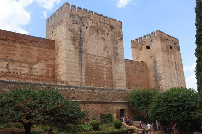 Die Alcazaba: Von mehreren Türmen aus habt ihr einen tollen Ausblick auf Granada