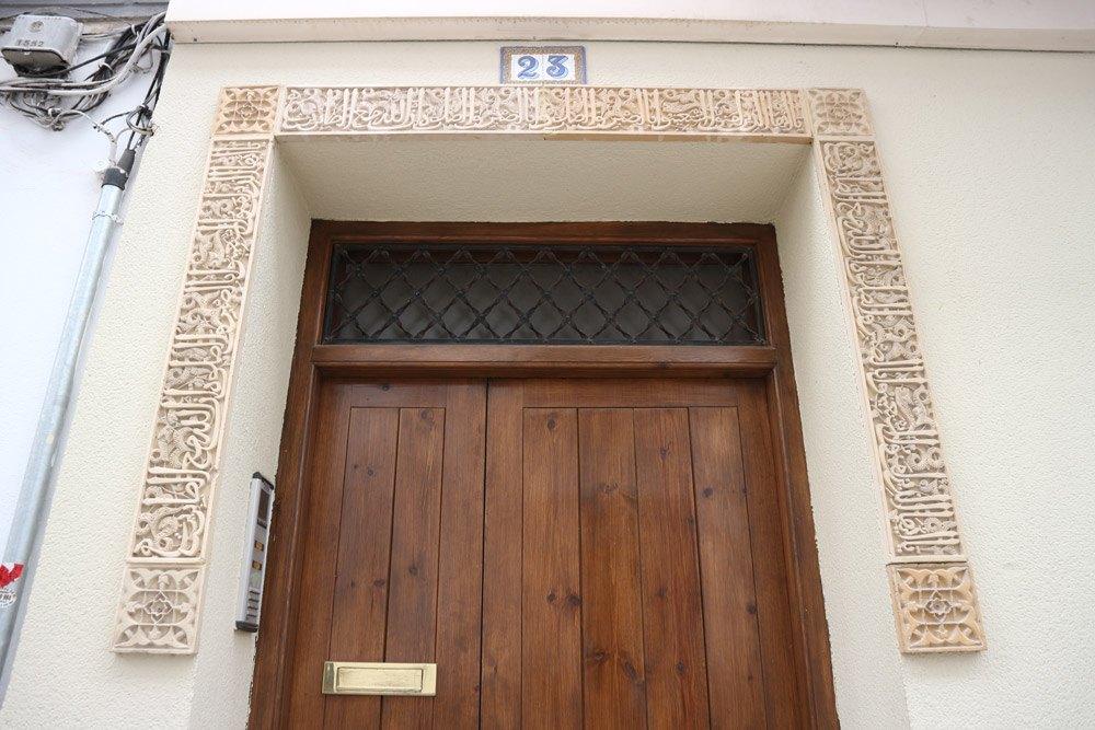 Arabische Schriftzeichen über der Haustür