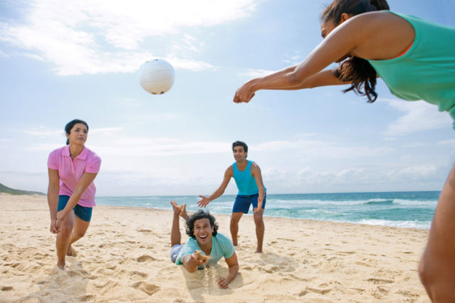 Auch ohne Netz könnt ihr prima Beachvolleyball spielen