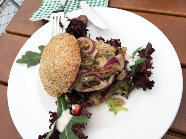 Hmm, Fleisch. Im Marstall in Putbus gibt es köstliche Wasserbüffel-Burger