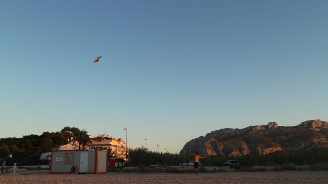 Haben wir in Spanien selbst mal wieder ausprobiert: Drachen steigen lassen