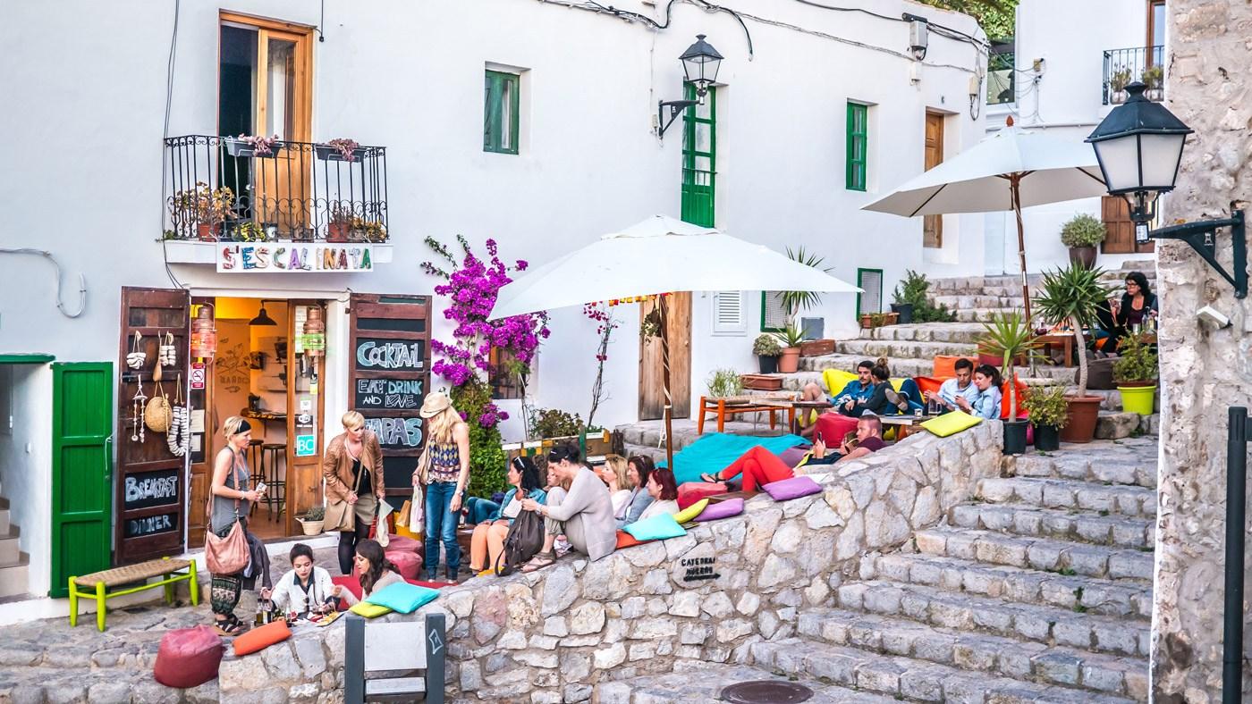 Ganz entspannt: Das typische Flair auf Ibiza (Copyright: Sergio TB/Shutterstock.com)