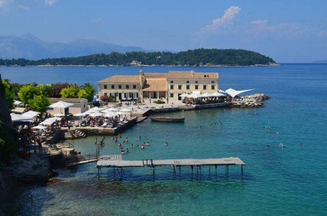 Das wunderschön klare Meer auf Korfu