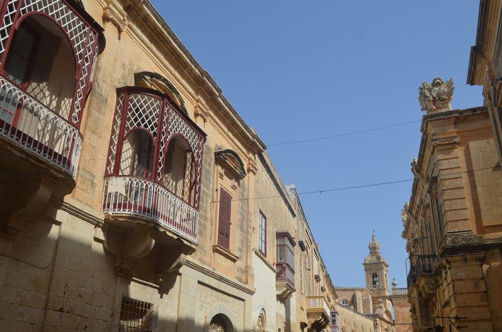 Einmal den Kopf heben bitte! Auf Malta findet ihr schöne Häuser
