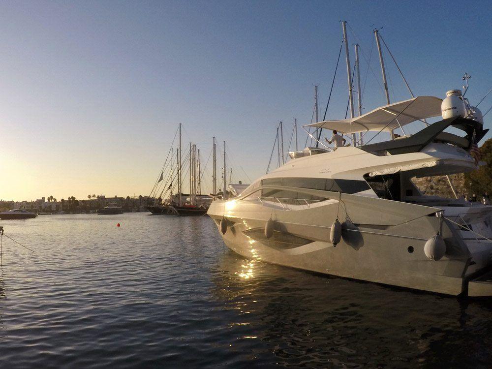 Ein Boot im Mandraki Hafen auf der griechischen Insel Kos