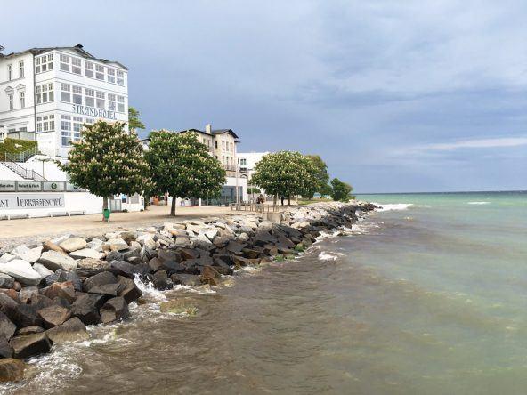 Das Strandhotel am Ende der sassnitzer Strandpromenade. Die milchige Farbe des wasser kommt übrigens von abgebrochner Kreide, die sich im Wasser auflöst