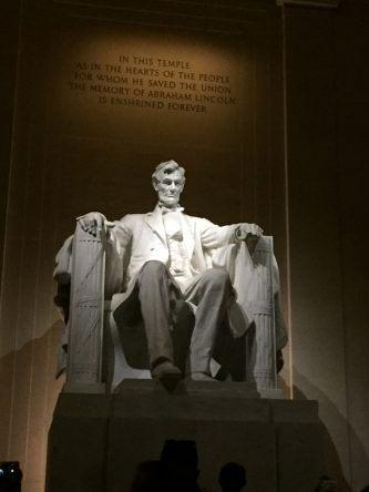 Sightseeing bei Nacht: Das Lincoln Memorial zu Ehren des 16. Präsidenten der Vereinigten Staaten Abraham Lincoln