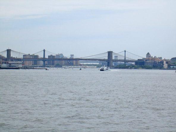 Die Brooklyn Bridge von der Fähre aus