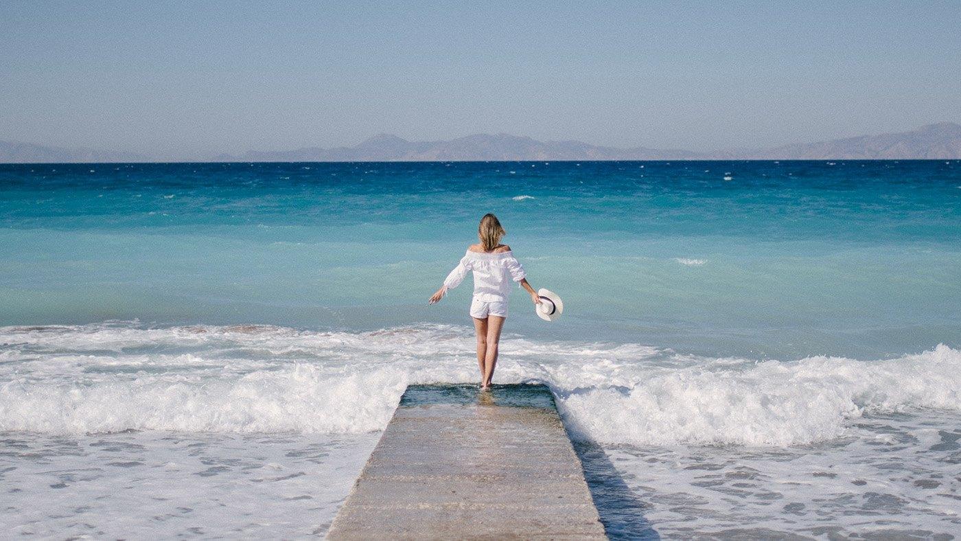 Catharina Sofie Hering von stylishtravel entdeckt den wunderschönen Strand auf Rhodos (fotografiert von Alexandra Kryanewa)