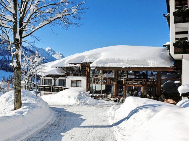 Winterliche Außenanischt des Hotel Lanig