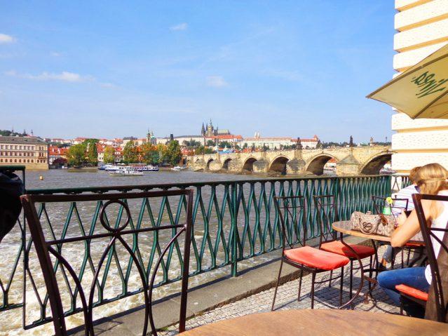 Kaffeepause mit Blick auf die Karlsbrücke